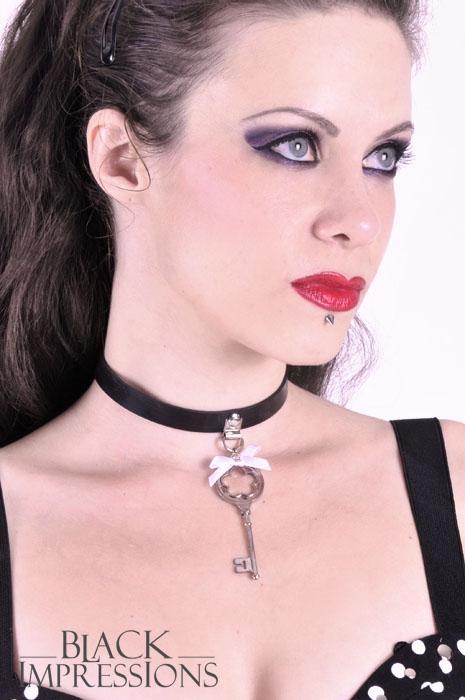 key to my heart latex halsband mit wei er schleife swarovs. Black Bedroom Furniture Sets. Home Design Ideas